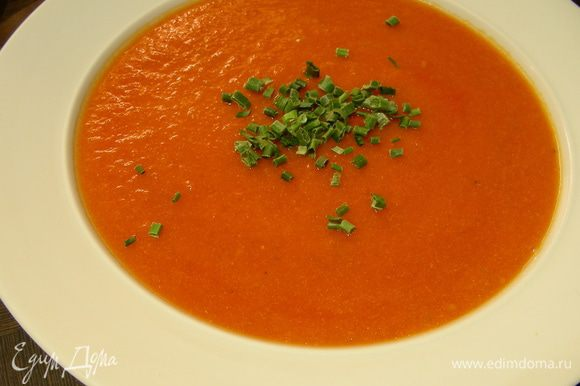 Блендером взбиваем суп в пюре, разбавляем до нужной густоты сливками или молоком, солим, перчим по вкусу. Хорошенько прогреваем и подаем. Приятного аппетита)