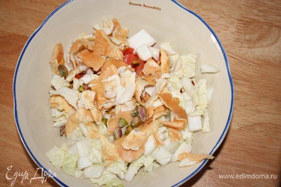 Кубиками нарезаем помидоры, фету, пекинскую капусту, блинчик из белков, все перемешиваем с фисташками