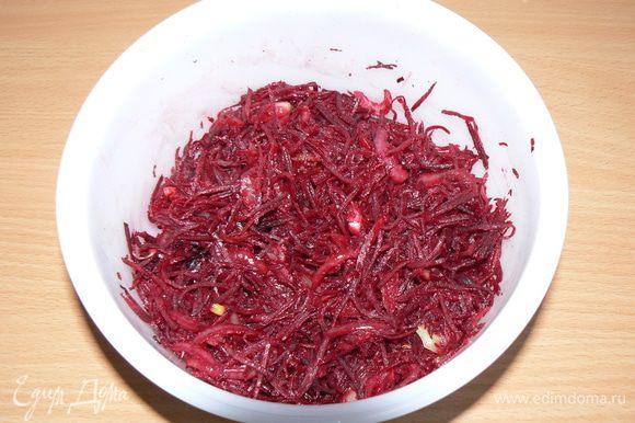 Свеклу трем на терке для корейской моркови,лук режем четверть кольцами,слегка все пассируем на растительном масле.