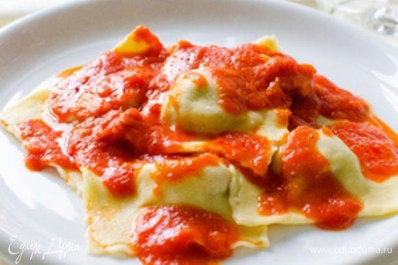Подавать равиоли с любым простым соусом или просто с оливковым маслом.
