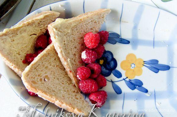 """Растопить в микроволновой печи сливочное масло (30 сек). Смазать каждый кусочек с двух сторон маслом, включая края. Выложить несколько кусков в форму для запекания таким образом, чтобы они """"стояли"""", чередуя с ягодами."""