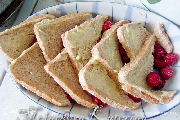 Таким образом выложить весь хлеб и ягоды.