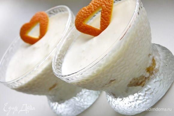 Сверху можно украсить сердечками или цветочками вырезанными ножницами из апельсиновой цедры с небольшим слоем кожуры(для прочности). Готовые пирожные убираем в холодильник на несколько часов(лучше на ночь).