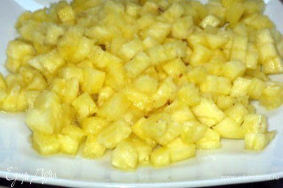 Ананас нарезать на мелкие кубики. Украсить торт кубиками ананаса.