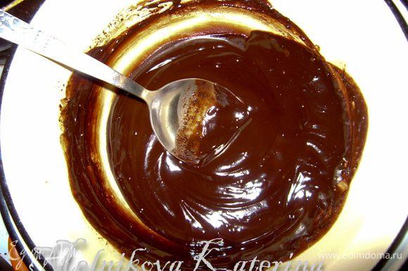 Для приготовления ганаша на водяной бане растопить в сливках шоколад, затем добавить сливочное масло.