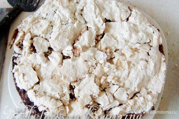 Для сборки торта необходимо разрезать шоколадный корж на две части. Сперва положить шоколадный корж на блюдо, смазать кремом. Поскольку при выпекании коржа-безе его диаметр немного увеличивается, необходимо обрезать края коржа под необходимый размер при помощи разъемной формы или перевернутой вверх дном тарелки(остатки безе можно потом использовать для украшения). Выложить на крем корж-безе.