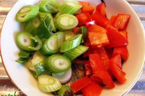 Зелёный лук и болгарский перец помыть и обсушить бумажным полотенцем. Мелко нарезать.