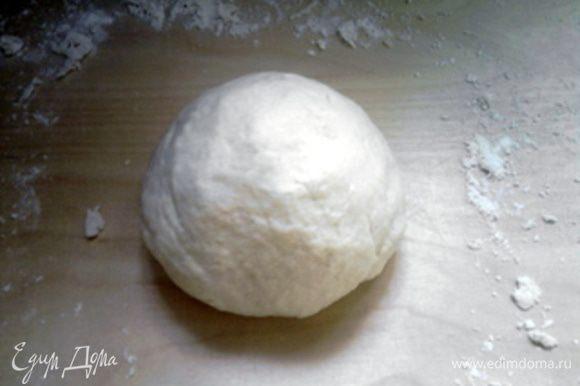 Через 10 минут открыть крышку, посолить муку (соль не должна попадать на воду с дрожжами) и начать замешивать тесто, добавив ещё 60 мл тёплой воды и 2 столовые ложки оливкового масла. Хорошо вымесить тесто. Оно должно выйти гладким и эластичным.