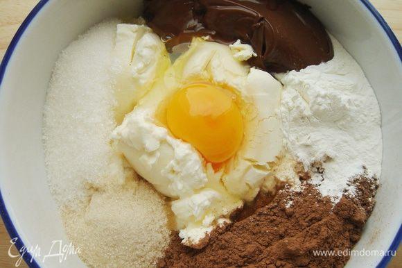 Для начинки смешать протёртый творог,сливочный сыр и весь сахар.Добавить Нутеллу,яйцо и ванильную эссенцию.Хорошо всё перемешать.В конце добавить какао и крахмал.