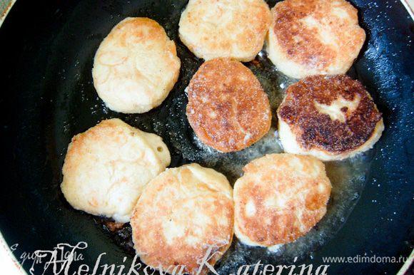 Разогреть сковороду с маслом. Обмакивая каждый раз пальцы в мучной смеси, формировать небольшие творожники. Слегка поджарить до румяной корочки на сковороде.