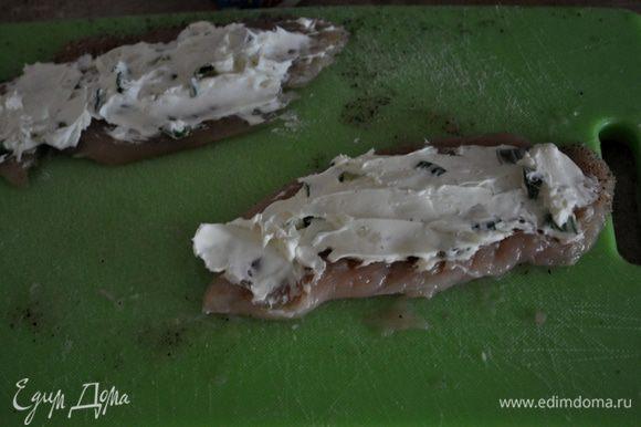 На каждую грудку выкладывать по ложке слив.сырной смеси и размазывать по всей грудке.