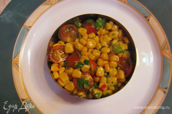 В отдельную посуду сложите кукурузу, перец чили, помидоры, кинзу. Слегка подавите помидоры, чтобы они дали сок. Приготовьте соус Винегрет. Для этого чайную ложку лимонного сока или уксуса (а можно смесь) смешайте со столовой ложкой оливкового масла, посолите, поперчите и хорошо взболтайте до образования эмульсии. Полейте соусом гарнир. Положите презентационное кольцо на тарелку и выложите половину гарнира в кольцо. Слегка примните гарнир, чтобы он не развалился.