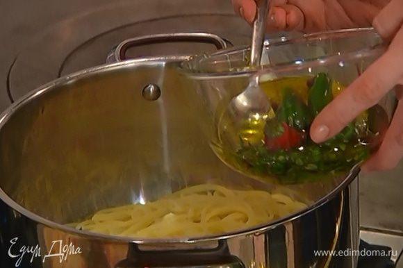 В готовые макароны влить 4 ст. ложки пряного масла, добавить часть петрушки, влить лимонный сок, 2–3 ст. ложки воды, в которой варились макароны, посолить и перемешать.