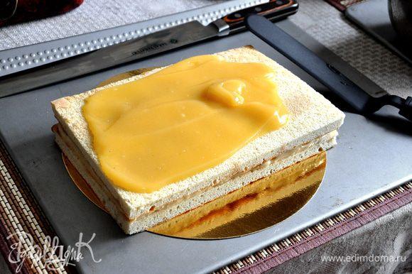 Распределить яичный крем по поверхности торта и по бокам. Оставить на 2-3 часа в прохладном месте.