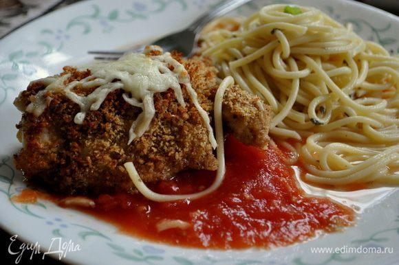 На тарелку выкладываем сначала томаты ,поверх кусочек курицы с моцареллой в хлебной пармезановой крошкой и затем гарнир.