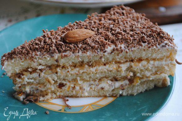 Теперь нужно натереть на мелкой терке шоколад и посыпать им торт. Украсить торт орехами. Готово!