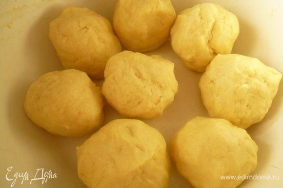 Замесить тесто,разделить его на 6-8 частей.Накрыть пленкой и поставить на 1час в холодильник.