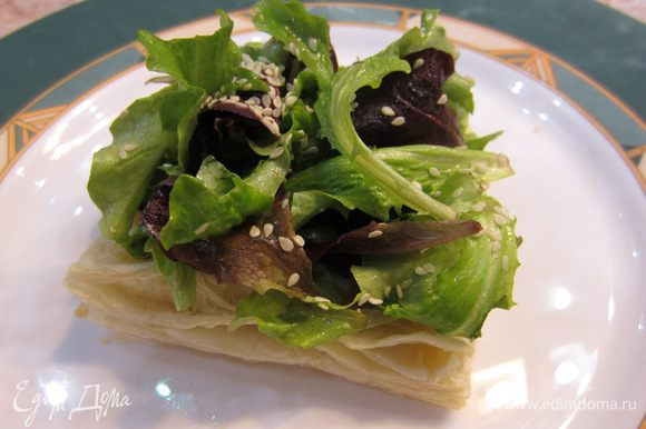 Выложите сверху четвертую часть салата. Можете примять его, если не укладывается.