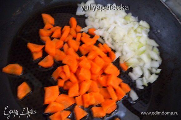 Лук и морковь слегка обжарить на масле,