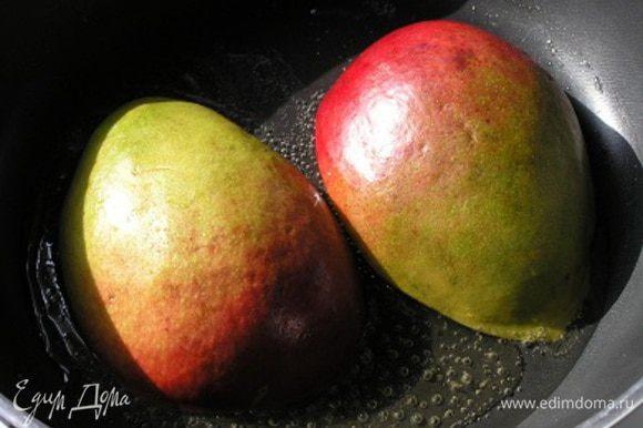 Манго разрезать вдоль пополам и удалить косточку. В сковороде растопить сливочное масло, обжарить половинки манго вместе с половиной меда до золотистого цвета около 5 минут.