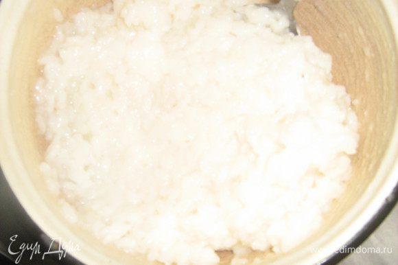 Рис переложить в миску, добавить уксусную воду, остудить, чтобы можно было брать руками.
