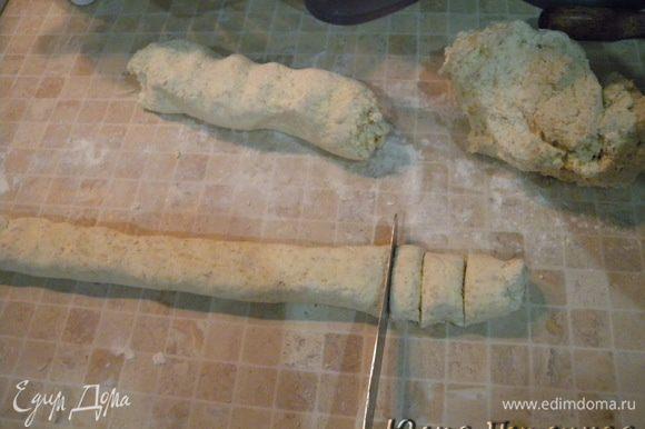 С одной скачать «колбаску» подсыпая муку (можно столько, сколько хотите подсыпать, только сразу резать и в воду. А то тесто впитывает муку. Толщиной примерно 3 см. Порезать на кусочки и сразу бросить в кипяток (в кастрюлю с горячей кипящей водой). Помешать. Как всплывут - проварить 5 минут. Достать из воды и добавить сливочного масла, перемешать. Так же с 2 кусками теста, которые остались.