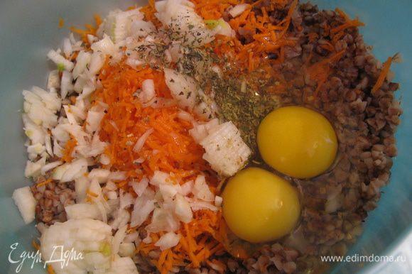 Морковь трем на терке,лук мелко режем.Все перемешиваем с гречкой,добавляем яйца,соль,специи(я в специях не большой спец,добавила:смесь для овощей и прованские травы,они мне показались здесь уместными).Все хорошенько перемешиваем.