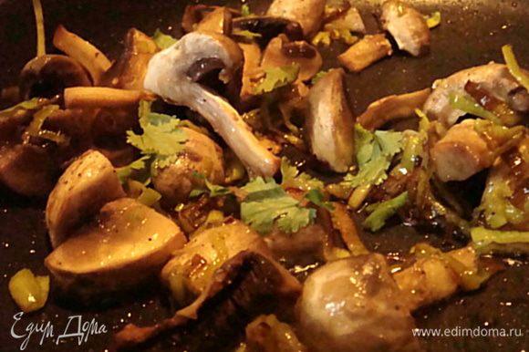 Добавить к луку слив.масло и грибы,посолить поперчить и жарить до готовности.