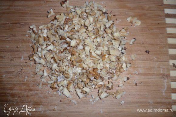 Мелко рубим грецкие орешки