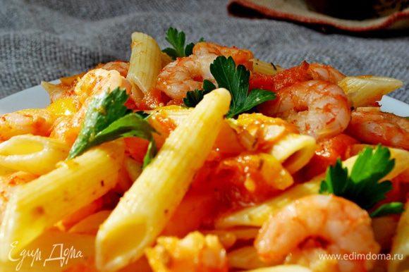 В подогретую тарелку выложить пенне,залить соусом, украсить креветками и листиками петрушки.Приятного аппетита!