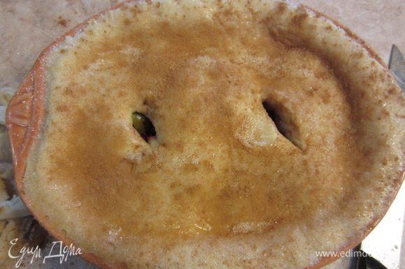 Сделайте надрезы в верхнем слое теста, чтобы пар мог свободно выходить и не разорвал пирог изнутри.
