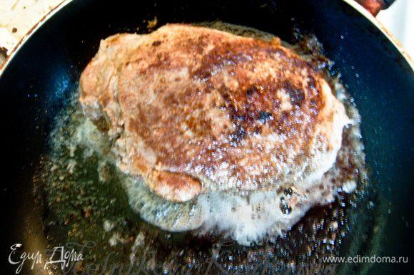 Мясо натереть солью и перцем. На сковороде разогреть растительное масло и добавить 25 гр сливочного. Обжарить до золотистой корочки мясо со всех сторон.