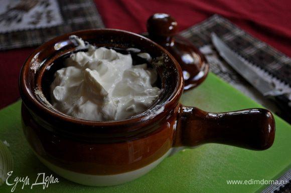 Внутренние стенки горшков натереть чесноком,на дно положить неск-ко кусочков слив.масла,грибы, перемешанные с луком,приправить специями по вкусу,сверху залить сметаной.