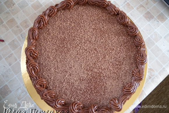 Оставшимся кремом смазать бока торта. Пройтись вилкой (полосочки). Отправить опять в холодильник.