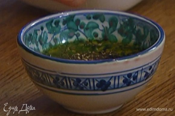 Приготовить заправку: соединить 3 ст. ложки оливкового масла с 1 ст. ложкой бальзамического уксуса, посолить, поперчить и перемешать.