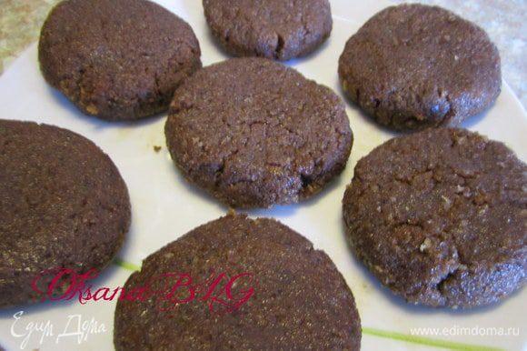 Второй вариант: мини-пироженко. К бисквитной крошке добавить ганаш, хорошо перемешать. Сформировать основу для пирожного. Поставить в холодильник на 10 минут.
