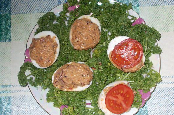 половинки яиц уложить на тарелку с петрушкой.
