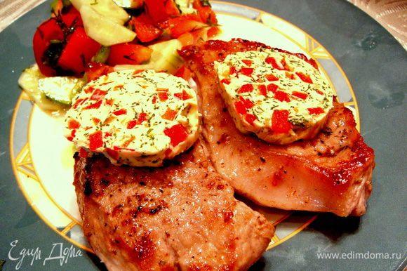 После 3-5 минут нахождения мяса под фольгой, я выложила его на тарелку. Сверху положила кругляшек цветного масла и подала на стол. На гарнир приготовила салат из свежих овощей. Вкусно-о-о-о!