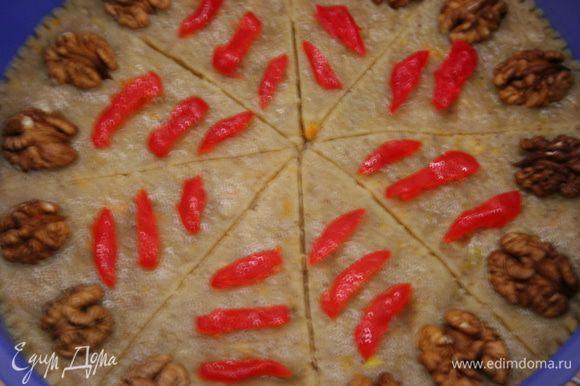Духовку разогреть до 150С. Выложить тесто в форму, разровнять. Разметить ножом шортбред на 8 частей. Сверху выложить дольки мароканского апельсина.
