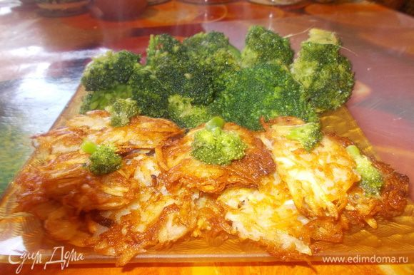 В сковороде вок раскалить растительное масло, добавить соли и мелко нарубленного имбиря и обжарить в масле брокколи в течение 3-5минут,затем добавить сахар, куриный бульон и устричный соус, перемешать и тушить брокколи в соусе еще минуту.Выложить на блюдо брокколи и лепешки картофельные и подавать.Вот такой вот обед.Приятного аппетита!