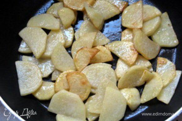 Картофель нарезать на тонкие ломтики и слегка отварить в воде с уксусом, а затем подрумянить на сливочном масле.