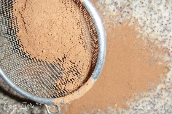Сборка: каждый пласт сверху смазать кремом, последний еще присыпать какао(или тертым шоколадом), оставить на ночь в холодильнике.