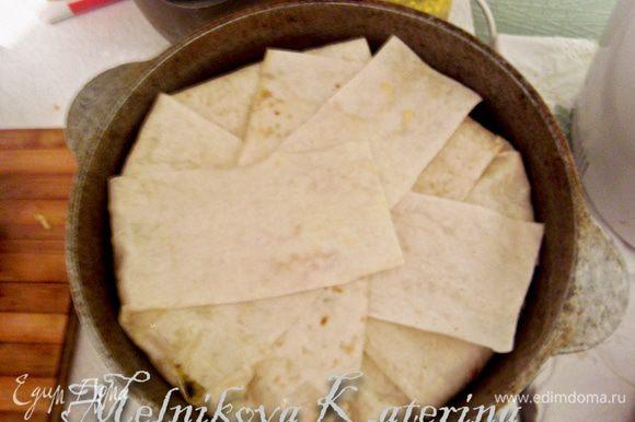 Накрыть рис свисающими частями лаваша. И отправить выпекаться в духовку на 40-45 минут при 180 градусах.