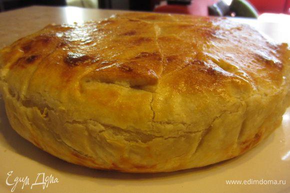 Пирог будет вкуснее, если он остынет до теплого состояния.