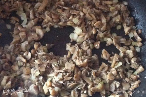 Пока тесто охлаждается, приготовить начинку: мелкопорезанный лук обжарить до золотистого цвета на масле (лучше сливочном), добавить порезанные грибы, подсолить, поперчить и жарить до полуготовности грибов.