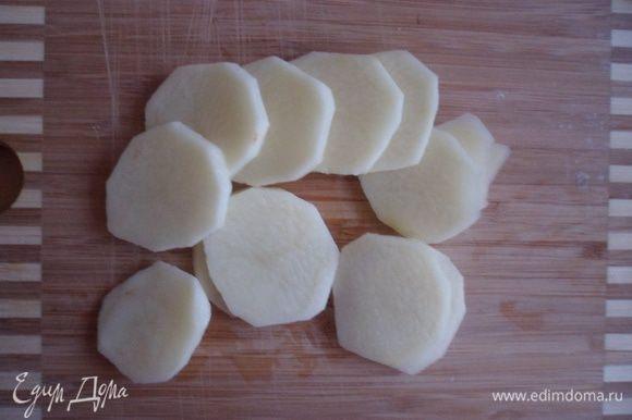 Чистим, моем и режем кружочками картофель