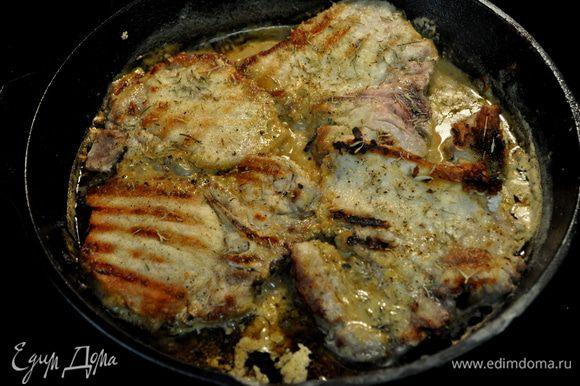 Разогреть чугунную сковороду, добавить раст.масло,разогреть. Отбивные обвалять в муке 1/4 стак. Затем посолить 1/2 ч.л соль и 1/4 ч.л черн.перец. Выложить на горячую сковороду отбивные в муке и жарить одну сторону по 8мин.не переворачивая. Опять посолить 1/2 ч.л соль и поперчить 1/4 ч.л перец. Перевернуть на др.сторону отбивные и опять готовить 8мин. Готовые отбивные выложить на тарелку, прикрыть фольгой.