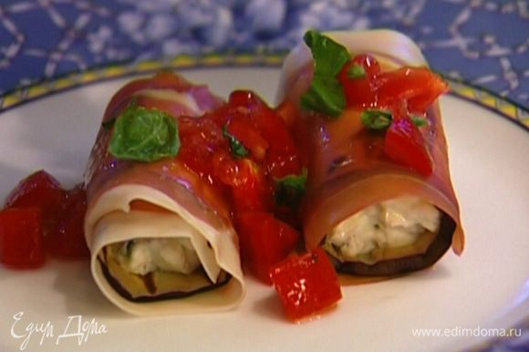 Листья базилика измельчить. Подавать с помидорным соусом и измельченным базиликом.