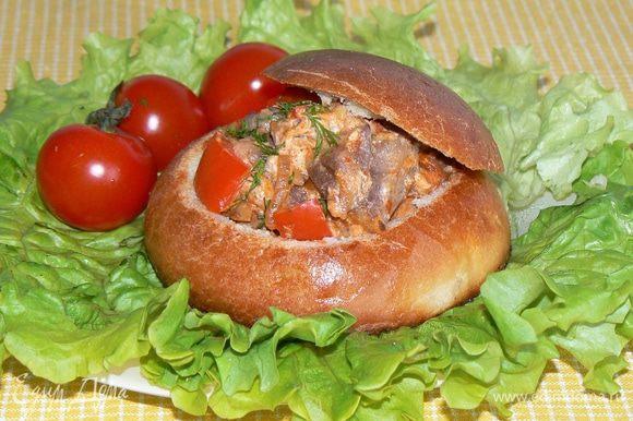 Переложить начинку в хлеб поставить в духовку на 10 минут при 200 градусов.Сразу подавать к столу.