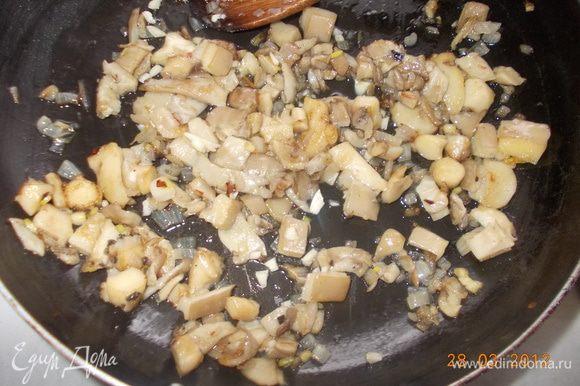Грибы обжарить на оливковом масле с долькой чесночка.